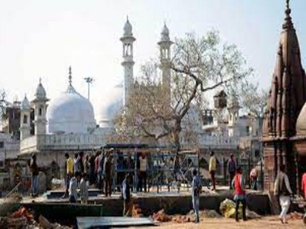 याचिकाकर्ता का दावा है कि काशी विश्वनाथ मंदिर का निर्माण 2050 साल पहले महाराज विक्रमादित्य ने करवाया था, लेकिन मुगल सम्राट औरंगजेब ने साल 1664 में मंदिर को नष्ट करा दिया था। - Dainik Bhaskar