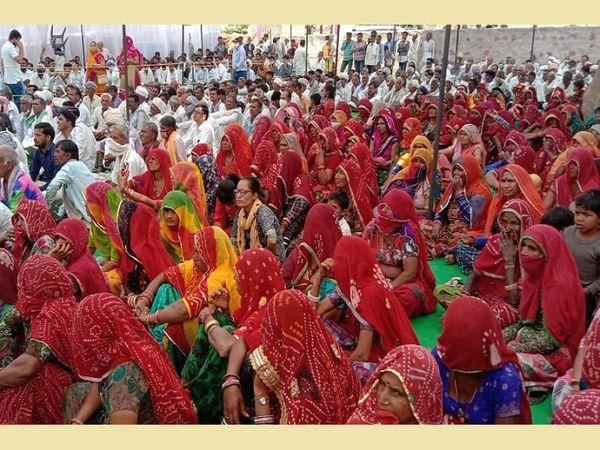 सुजानगढ़ उपचुनाव की एक चुनावी सभा में पहुंचीं महिलाएं।