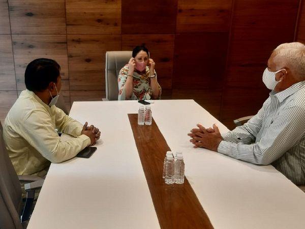राजसमंद में चुनाव प्रचार के लिए बने वॉर रूप में रणनीति के बीच सांसद दीया कुमारी।