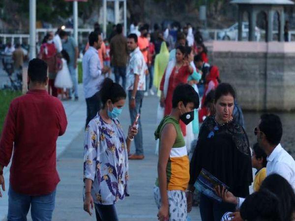 उदयपुर की फतेहसागर पाल पर कोरोना गाइडलाइन का उल्लंघन करते शहरवासी। - Dainik Bhaskar
