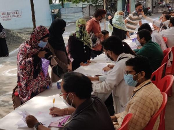 हमीदिया अस्पताल में जूनियर डॉक्टर सांकेतिक हड़ताल पर जाने के बाद सामांनतर ओपीडी में मरीजों को देखते हुए। - Dainik Bhaskar