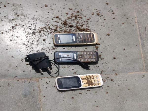 छापेमारी के दौरान मिले 3 मोबाइल और एक चार्जर - Dainik Bhaskar