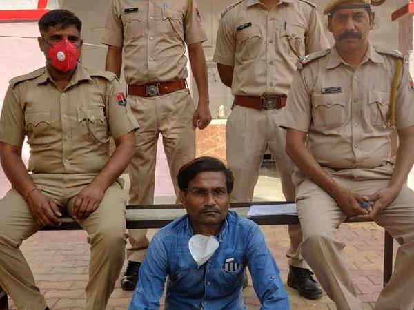 गिरिराज वर्मा ने कैशियर के पद पर तैनात था। - Dainik Bhaskar