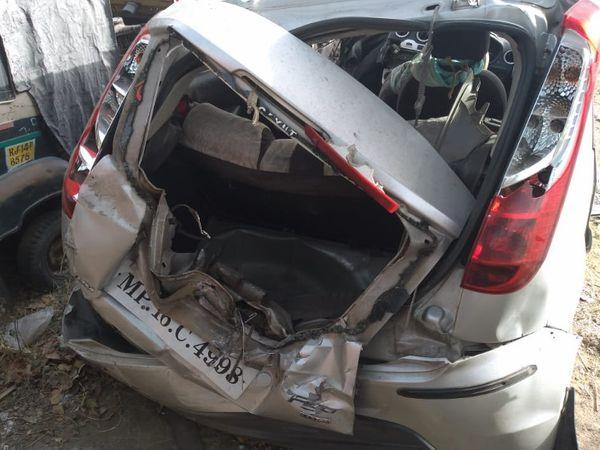 शहर मेंटोंक रोड स्थित दुर्गापुरा पुलिया पर सड़क हादसे में क्षतिग्रस्त कार। इसमें सवार युवती की मौत हो गई। जबकि दोनों युवक घायल हो गए। - Dainik Bhaskar