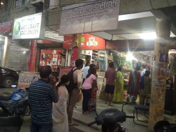 कोलार इलाके में दुकानदाराें ने कस्टमर्स के लिए गोले बना रखे थे।