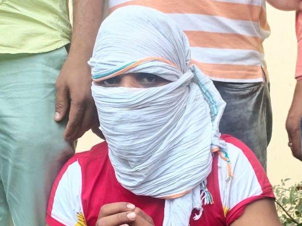 लूट की घटना में शामिल यह युवक विष्णु शर्मा नाबालिग नहीं है लेकिन इसके दो साथी नाबालिग थे। जिन्हें पुलिस मीडिया के सामने पेश नहीं कर पाई। - Dainik Bhaskar