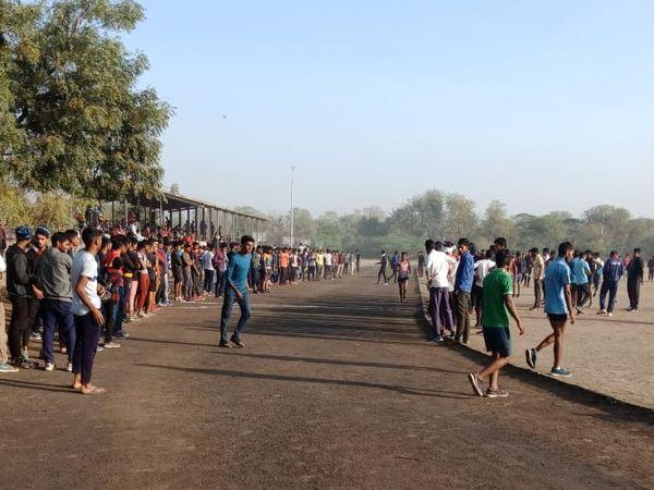 अलवर के राज ऋषि कॉलेज खेल मैदान पर अभयास करते युवा। - Dainik Bhaskar