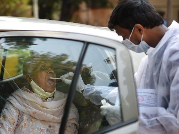 मुंबई में गाड़ियों को रोक कर एंटीजन टेस्ट किया जा रहा है।