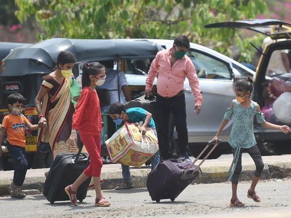 राज्य में फिर से लॉकडाउन की आशंका के बीच पुणे और मुंबई से प्रवासी मजदूरों का पलायन लगातार जारी है। - Dainik Bhaskar