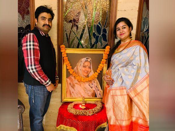 अपनी मां की तस्वीर के साथ अजय और उनकी पत्नी सोनम। अजय की मां कई तरह के ट्रेडिशनल फूड्स बनाने में माहिर थीं।
