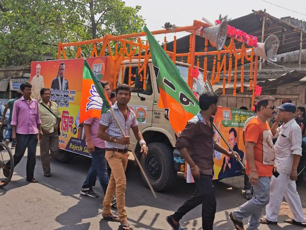 हावड़ा उत्तर में भाजपा मजबूत नजर आ रही है, क्योंकि यहां के लोग TMC के उम्मीदवार से नाराज दिख रहे हैं।