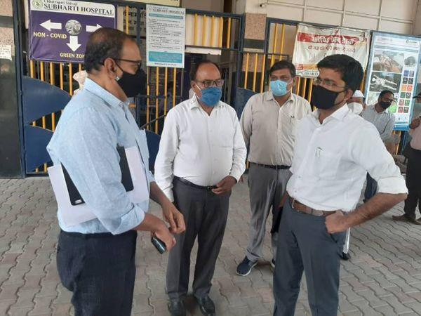 डीएम के. बालाजी सुभारती अस्पताल का निरीक्षण करते हुए। - Dainik Bhaskar