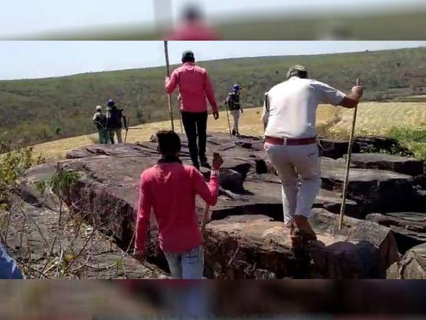 रतौना में 2 अप्रैल को तेंदुआ दिखा था, इसके बाद लोग दहशत में है। तेंदुए की तलाश में जंगल में वन विभाग की टीम।