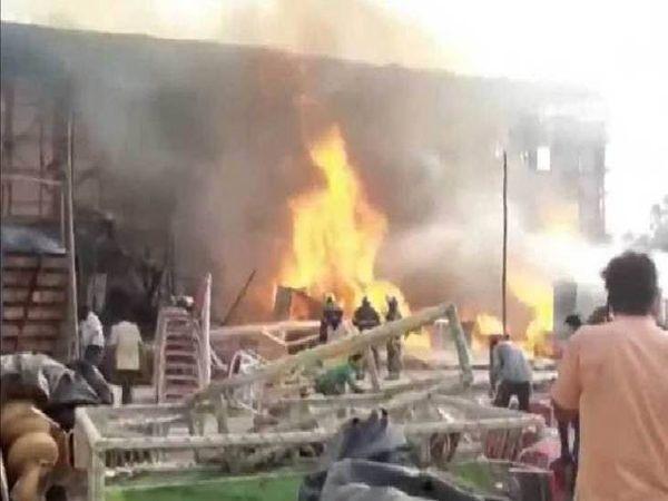 आग लगने के कारण घर में रखा सामान खाक हो गया। - Dainik Bhaskar