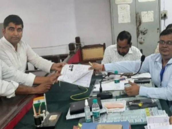 सपा उम्मीदवार अभिषेक यादव उर्फ अंशुल ने बुधवार को अपना नामांकन दाखिल किया है। - Dainik Bhaskar