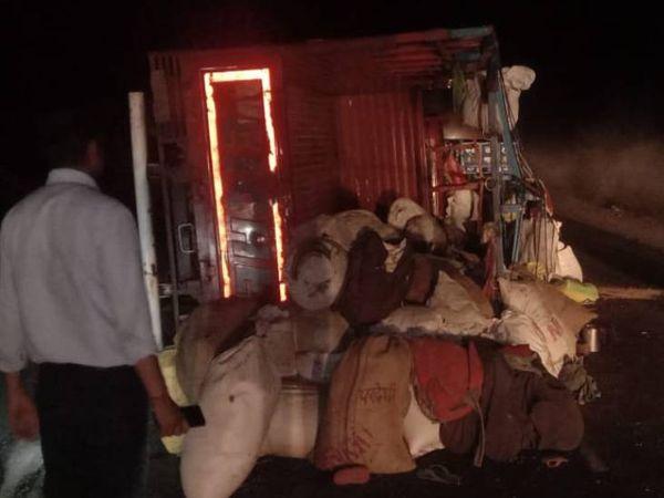 दुर्घटना के दौरान सड़क पर पलटा � - Dainik Bhaskar