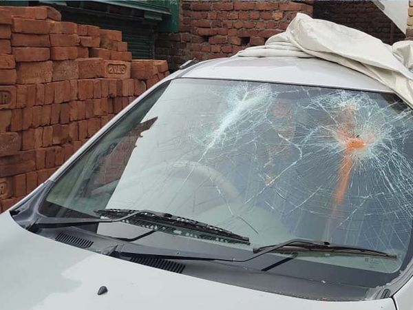 क्षतिग्रस्त कार। - Dainik Bhaskar
