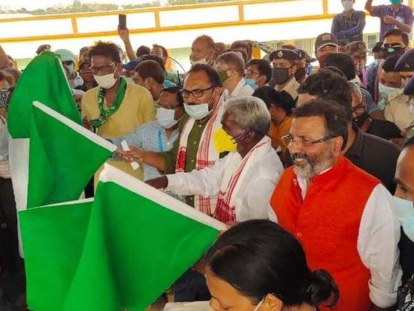 कुछ देर हंगामा होने के बाद फिर सभी नेता साथ बैठे और सभी ने हरी झंडी दिखाया और रेल को गोड्डा स्टेशन से रवाना कराया।