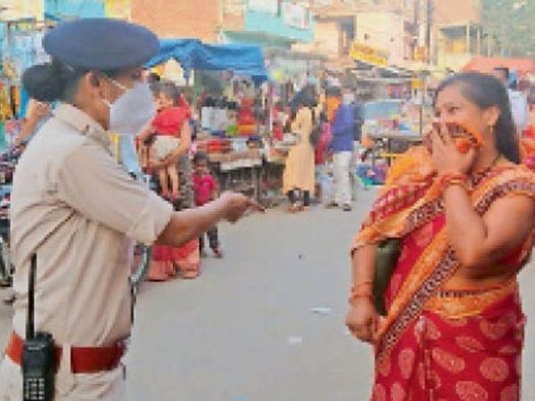 कब सुधरेंगे हम... लगातार पैर पसार रहा कोरोना फिर भी पुलिस को देख पहन रहे मास्क। - Dainik Bhaskar