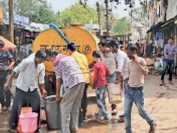गोहद नगर के वार्ड 14 में टैंकर से पानी भरते लोग । - Dainik Bhaskar