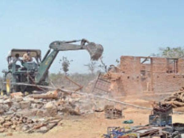महाराजपुर|ग्राम मर्दमऊ में अवैध निर्माण को हटाती जेसीबी। - Dainik Bhaskar
