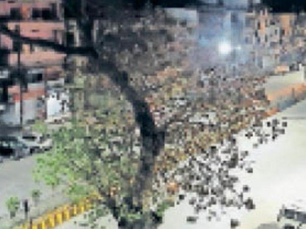 सागर | नाइट कर्फ्यू के बाद बुधवार रात तीनबत्ती पर सन्नाटा रहा। - Dainik Bhaskar
