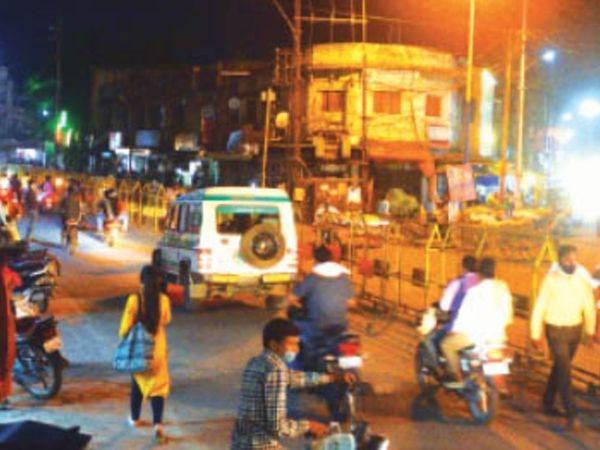 7 अप्रैल 2021: शेर तिराहा से निगम व जलेबी चौक की सड़कों पर आवाजाही से भीड़ दिखाई दी। - Dainik Bhaskar