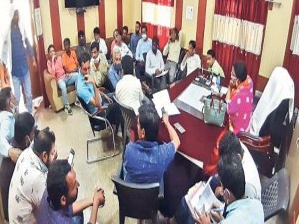नगर परिषद में पानी की समस्याओं को लेकर की गई बैठक उपस्थित पार्षद व जलदाय विभाग के अधिकारी। - Dainik Bhaskar