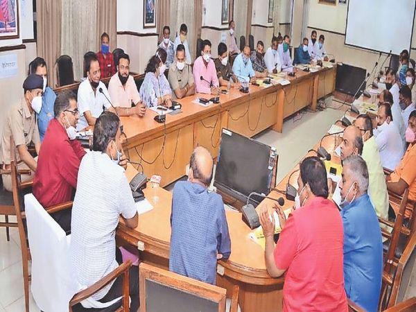काेराेना संक्रमण की राेकथाम के लिए अधिकारियाें व व्यापारिक संगठनाें की बैठक लेते कलेक्टर। - Dainik Bhaskar
