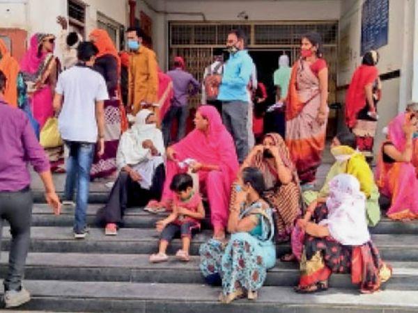 जिला अस्पताल के मुख्य गेट पर बिना सोशल डिस्टेंसिंग के बैठी महिलाएं - Dainik Bhaskar