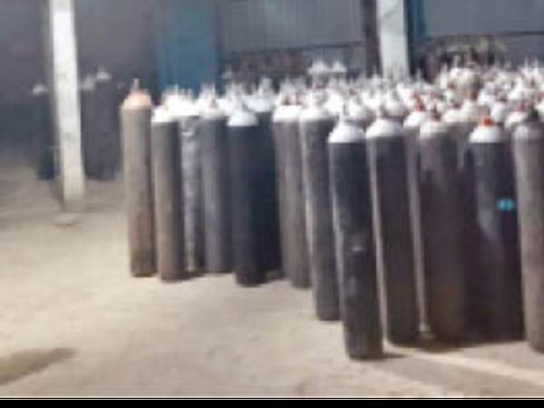 भारती एयर प्रोडक्ट के प्लांट में जंबो सिलेंडर सैकड़ों की संख्या में ऑक्सीजन भरने के लिए रखे हुए हैं। - Dainik Bhaskar