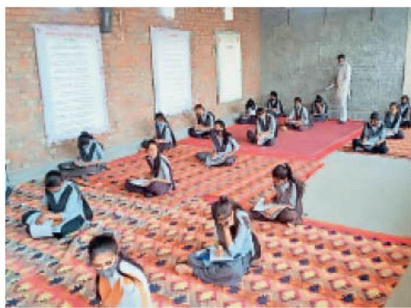 बायतु. सामान्य ज्ञान प्रतियोगिता में भाग लेते विद्यार्थी। - Dainik Bhaskar