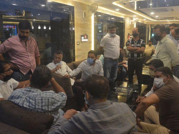 चुनाव अधिकारी का घेराव करते हंसराज बाहेती और सीआर भंसाली टीम के सदस्य। - Dainik Bhaskar