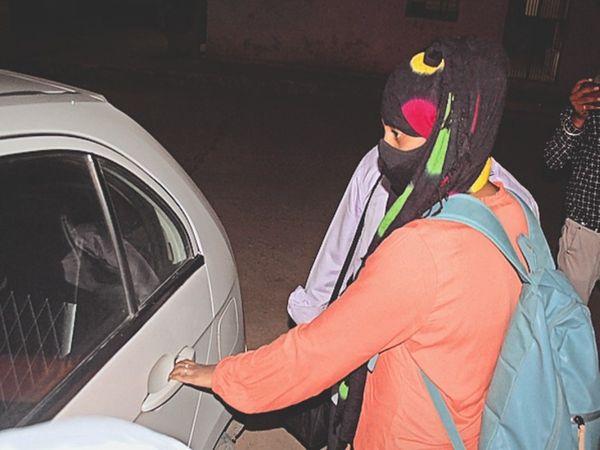 अलवर, जेल से रिहा हाने के बाद कार में सवार हाेती जिया। - Dainik Bhaskar