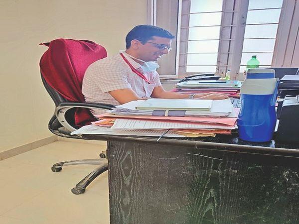 उपखंड कार्यालय में बिना मास्क बैठा बहादुर सिंह। - Dainik Bhaskar