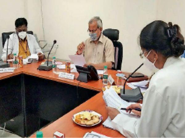 भरतपुर. बैठक में अस्पताल की दरों में कटौती के निर्देश देते चिकित्सा राज्यमंत्री डॉ. सुभाष गर्ग। - Dainik Bhaskar
