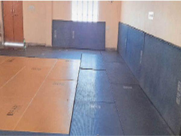 झुंझुनूं. स्वर्ण जयंती स्टेडियम में जिम के लिए तैयार किया गया हॉल। - Dainik Bhaskar
