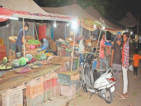 अलवर, रात आठ बजे बाद अग्रसेन चाैराहा स्थित खुली हुई सब्जी मंडी की दुकानें। - Dainik Bhaskar