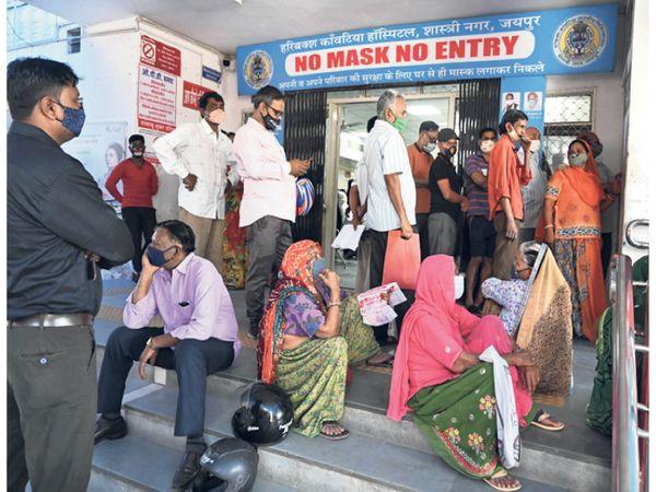 कांवटिया में वैक्सीन लगाने वाले लोग अपनी बारी का इंतजार करते हुए। - Dainik Bhaskar