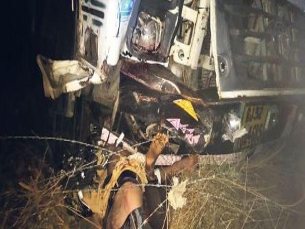 डेगाना, मौके पर ट्रक के नीचे दबे शव जिन्हें जेसीबी की दो मशीनों से ट्रक हटाकर निकाला। - Dainik Bhaskar