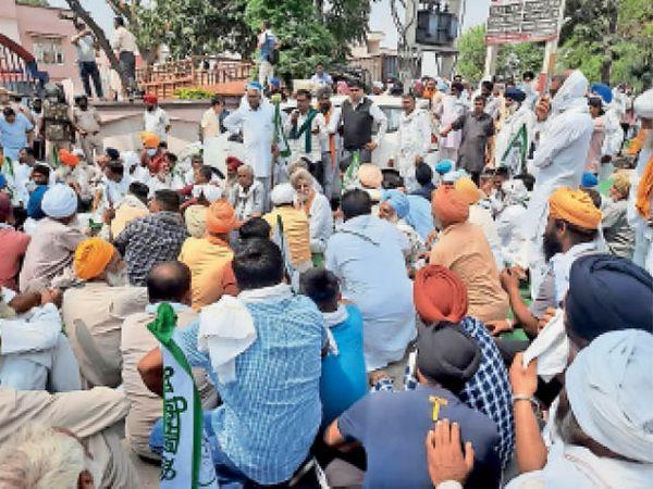 कुरुक्षेत्र   शाहाबाद में मंगलवार को सांसद नायब सिंह सैनी का घेराव करने व गाड़ी के शीशे तोड़ने के मामले में पुलिस ने केस दर्ज कर चार किसानों को गिरफ्तार किया। इसके विरोध में किसानों ने थाने का घेराव किया। 12 अप्रैल को महापंचायत का एेलान भी किया। - Dainik Bhaskar