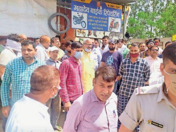 डीटीपी विभाग की कार्रवाई का विरोध करते ग्रामीण। - Dainik Bhaskar