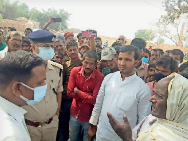 आक्रोशित लोगों को समझाती पुलिस व जनप्रतिनिधि। - Dainik Bhaskar