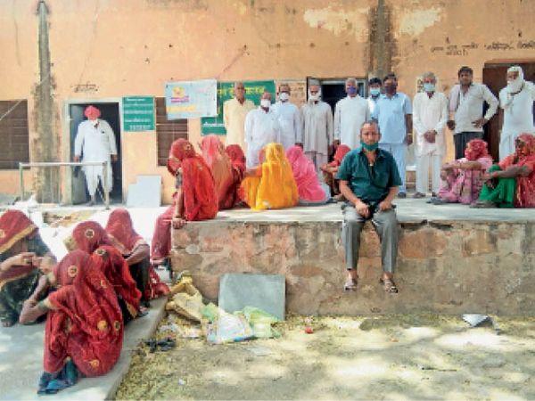 बिसाऊ. टीके लगवाने के इंतजार में महिलाएं व पुरूष। - Dainik Bhaskar