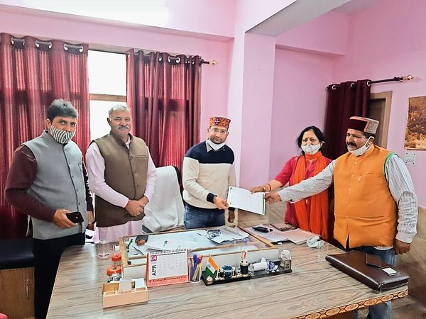 नगर परिषद पार्षद स्वाति ने अधीक्षण अभियंता को ज्ञापन दिया। - Dainik Bhaskar