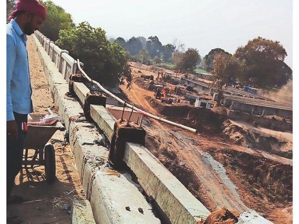 होशंगाबाद। नर्मदा ब्रिज पर हो रही रेलिंग की मरम्मत। - Dainik Bhaskar