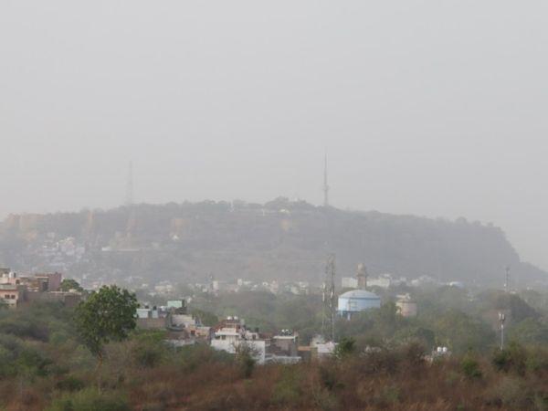 राजस्थान की ओर से आई आंधी के कारण बुधवार को दिनभर आसमान में धूल छाई रही। समय: शाम 4 बजे। - Dainik Bhaskar