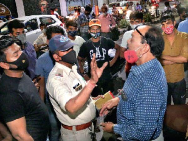 फूलबाग गुरुद्वारा के पीछे बने चाट बाजार में प्रशासन द्वारा दुकानें सील करने के बाद दुकानदार को समझाती पुलिस और बंद दुकानें। - Dainik Bhaskar