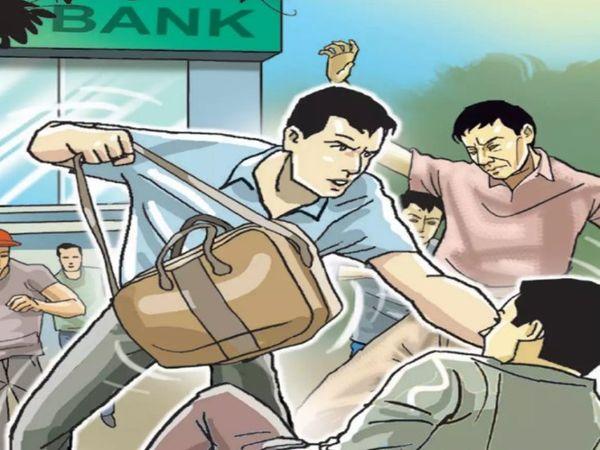 बदमाशों ने बाइक सवार को डंडा मारकर गिराया और बैग छीनकर फरार हो गए। - Dainik Bhaskar