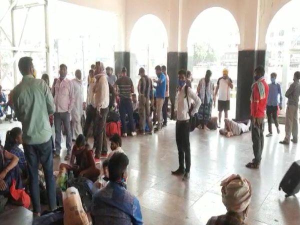 रेलवे स्टेशन पहुंचने वाले यात्रियों को मास्क लगाने की सलाह दी जा रही है। बिना मास्क के पाए जाने पर जुर्माना वसूला जाएगा।